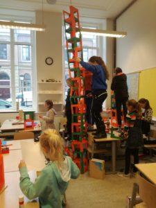 Hoe hoog kun je een toren bouwen van papier als je alleen maar een lijmstift hebt?